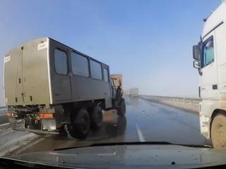 """Водитель грузовика с отказавшими тормозами устроил """"слалом"""" на трассе в Казахстане"""