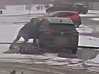 В Польше женщина чуть не задавила сама себя, испугавшись поцарапать машину