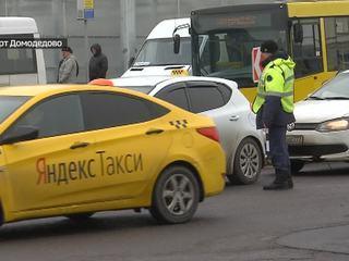 """""""Прикормленные"""" и """"залетные"""": ФАС взялась за таксистов в Домодедово"""