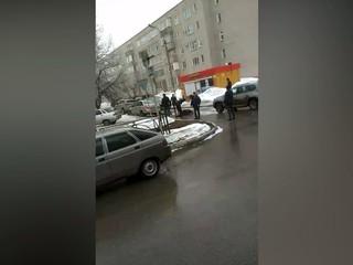 Мужчина набросился с ножом на полицейских возле здания УВД Нижнекамска