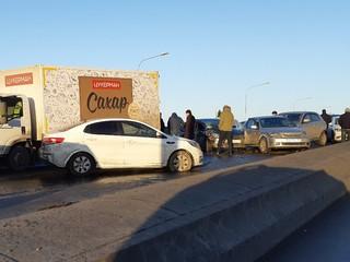 Тридцать машин столкнулись на Ушаковском мосту в Петербурге