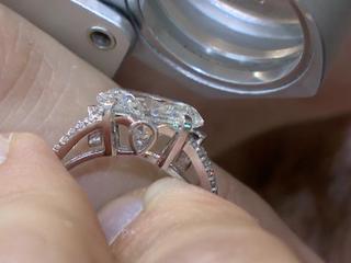 Мужчина проглотил бриллиант, чтобы избавиться от вещдока