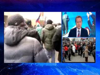 В Донецке митингующие взяли штурмом здание прокуратуры